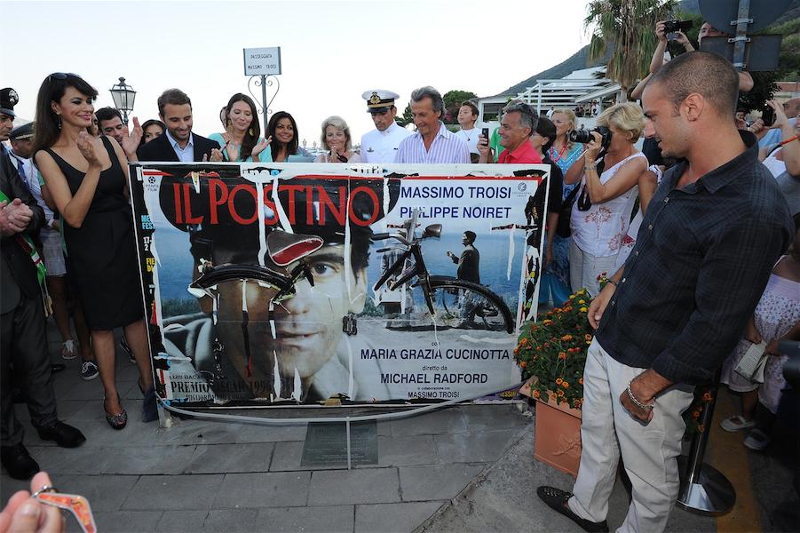 Nel 2012 la Cucinotta scopre la scultura dedicata nella strada intitolata a Troisi